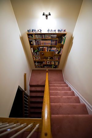 階段の踊り場に本棚