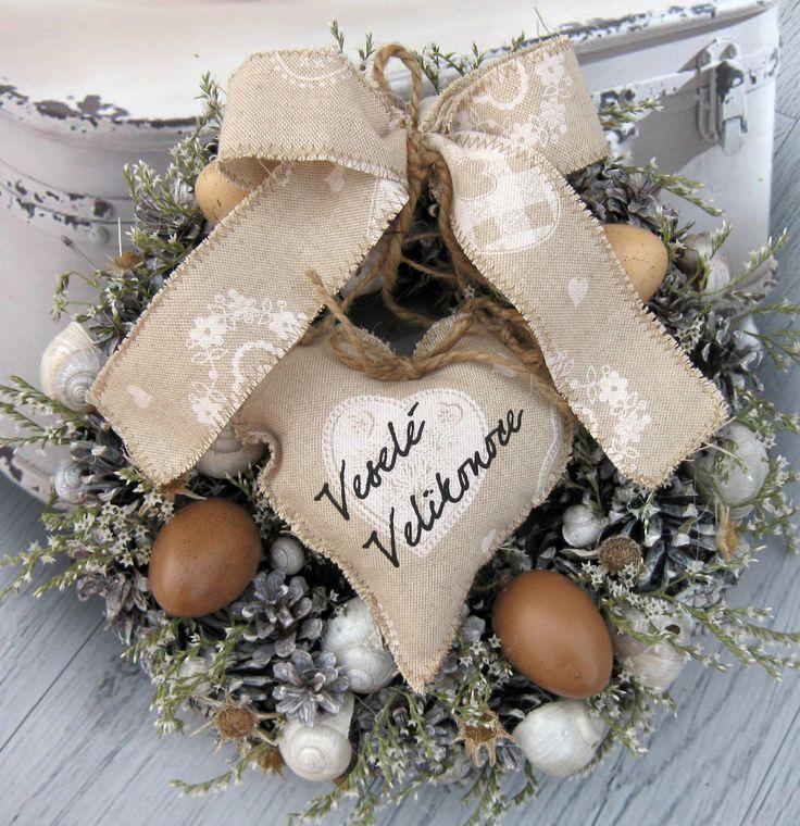 Velikonoční Věneček z přírodnin, plastová vajíčka, látkové srdíčko, průměr 29 cm
