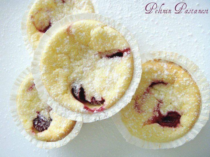 Mutfak Rehberi dergisinin çıkardığı Çay Saati isimli kitaptaki harika tariflerden biri olan bu muffinlerin fotoğrafını görünce çok beğenmiştim. Malzemeleri arasındaki süzme yoğurt miktarı bana çok gelmişti önce. Diğer malzemeleri de okuyunca klasik muffin tariflerinden çok farklı olduğunu gördüm. Dolapta epeydir bekleyen süzme yoğurdudeğerlendirmek için hemen
