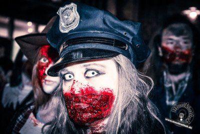 🔥😈33 der gruseligsten Halloween Kostüme. Diese sind gleichzeitig auch eine tolle Idee für die diesjährige Halloween Party, oder was meint ihr? :) Zombie Polizistin - gesehen auf dem Zombiewalk - Kostüm & Makeup könnt ihr einfach selber machen. Foto: David Hennen. Besucht die Webseite für weitere Infos und Outfits.