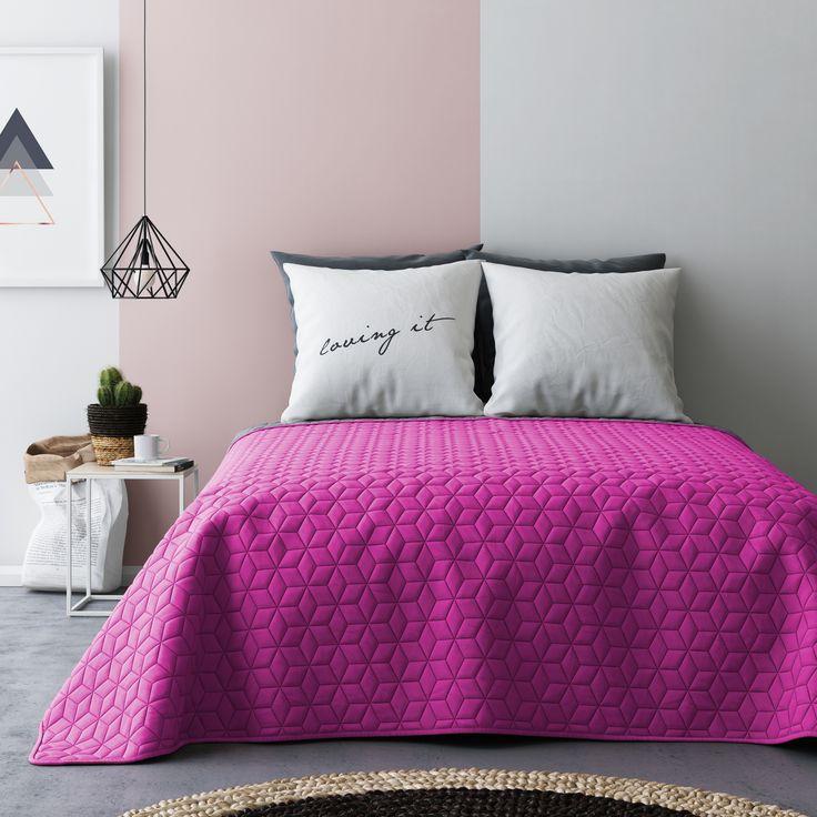 Šedě růžový oboustranný přehoz na postel s kostkovaným vzorem