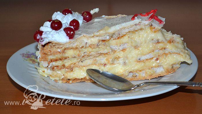 Tort de bezea cu crema de vanilie ornat cu frisca si coacaze rosii