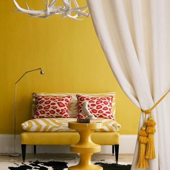 salon aux éléments campagnards en ambre jaune, blanc et rouge