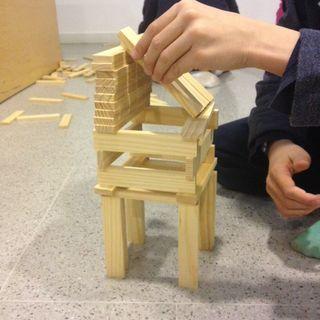 Casa elevada con cubierta inclinada construida con piezas kapla