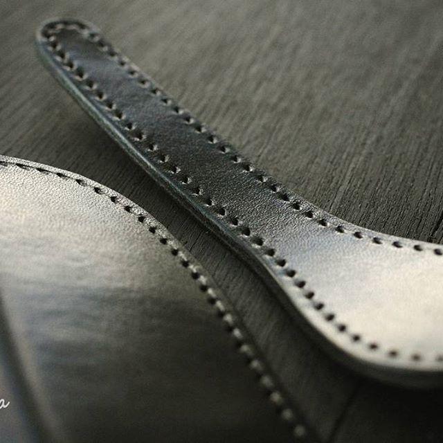 午前ここまで。 #madeinjapan #leathercraft  #creema #iichi #minne #leatherwallet #handsewn  #leatherwork #babylonica  #vegtan #vegetabletanned  #craftsmanship #handstitched  #pentaxk30  #いわき市 #経過報告  #手縫い #ヌメ革 #革財布 #ハンドメイド #長財布 #サドルレザー #栃木レザー  #レザークラフト #本革