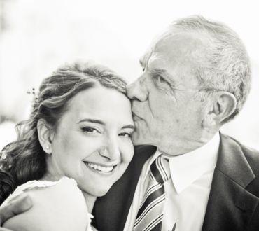 Photo de mariage by Letizia Camboni http://letiziacamboni.com The father of the bride kissing his daughter Le père de la mariée qui embrasse sa fille