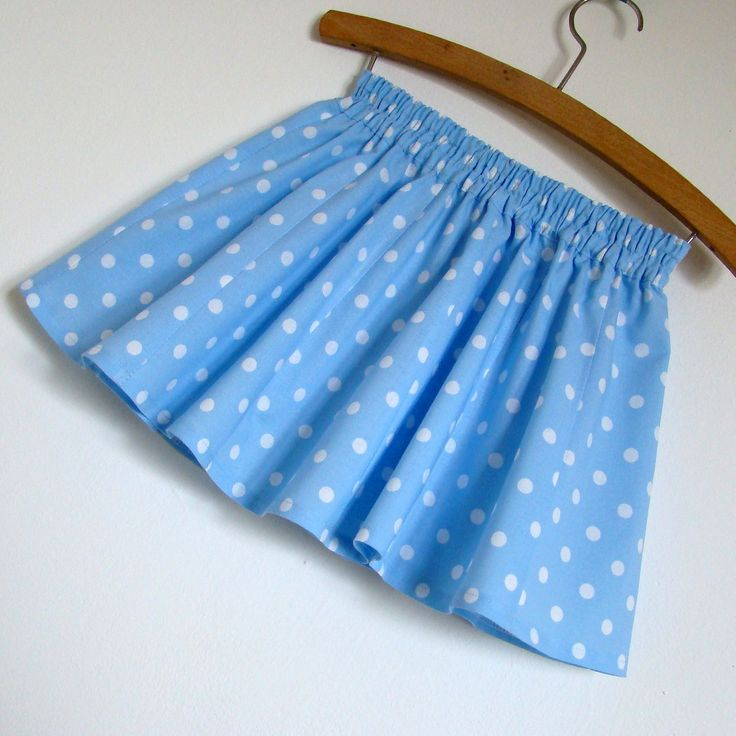 """Sukýnka - světle modrá s puntíky - vel. 86 - 104 Nabíraná sukýnka pro malinká děvčátka je složena z 12 dílů, bohatě řasená a """"točící"""". Ušita je z jemného bavlněného plátna bankytně modré barvy s potiskem bílých puntíků. V pase jsou provlečeny 2 gumy. Velikost této sukýnky je velmi univerzální, přibližně 86-104. Délka sukýnky je 25 cm. Vystavená sukýnka ..."""