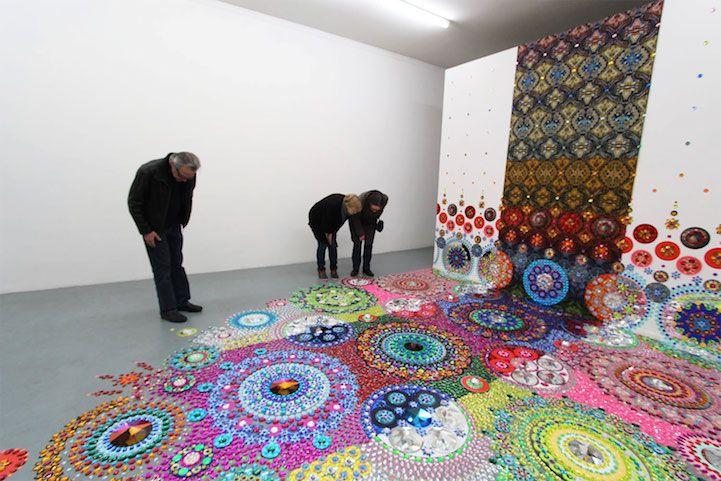 A artista holandesa Suzan Drummen é conhecida por seus desenhos deslumbrantes e coloridos que se espalham pelo chão em displays geométricos.