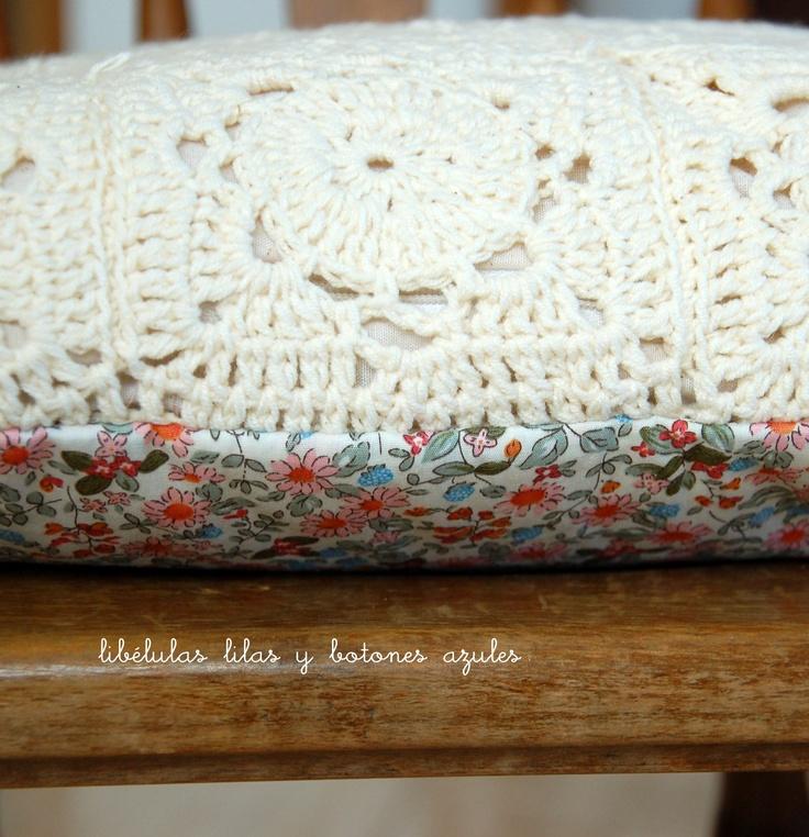 cojín en crochet y flores