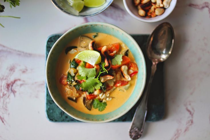 Rød thaisuppe m. blomkål & tofu