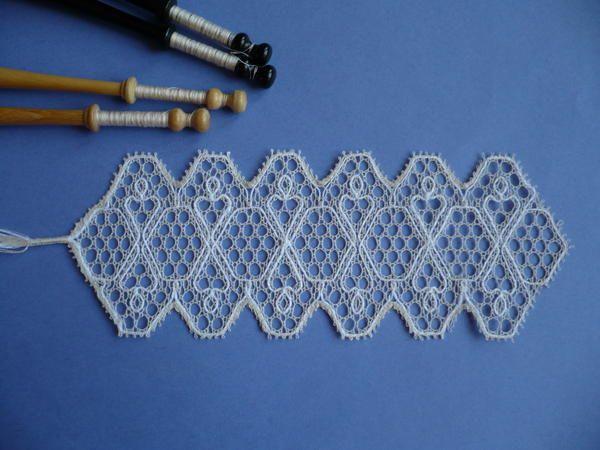 Signet en dentelle Danoise à fond Vitré que j'ai réalisé à partir d'un carton provenant du Conservatoire de la Dentelle de Bayeux. Pas moins de 60 fuseaux en conton égyptien 100 et 4 fuseaux cordons de lin.