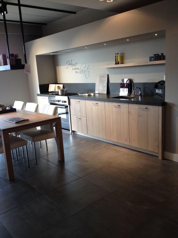 Mooie keuken met een warme uitstraling | Leefkeuken | Houten keukenkasten | Inbouw plafond afzuigkap |. Ga voor keukeninspiratie naar: www.keukenstudiostoof.nl