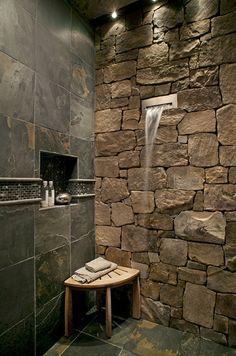 Salle de bain rustique aux pierres imposantes