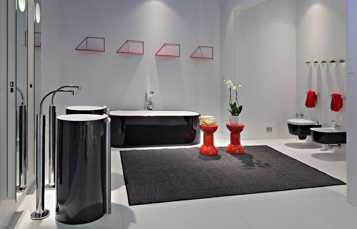 Monoroll Bicolor brand Ceramica Flaminia Design Nendo Roll è un #lavabo #freestanding realizzato in ceramica lucida e opaca. La sua forma avvolgente ricorda un foglio di carta arrotolato su se stesso. #Monorol nasce per essere posto a centro stanza, ma si può posizionare anche a parete.  #ceramica #ceramicaflaminia #bagno #bathroom #furnituredesign #decor #design