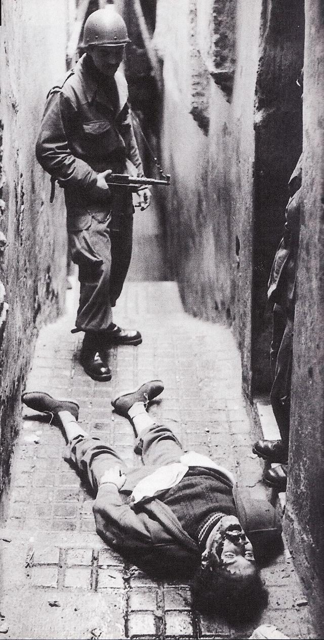 la Guerre d'Algérie - Exécution d'un habitant d'Alger par l'armée française en 1957 -
