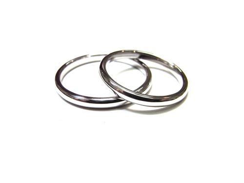 結婚指輪がオーダーメイドできました。  シンプルなプラチナの2ミリ幅のリングです。  細身ですっきりときれいなマリッジリングに  お作りできました。  飽きのこないシンプルなフォルムはやっぱり  綺麗ですね。