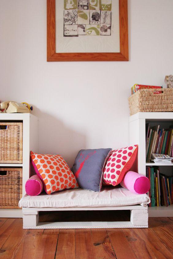 Repeinte et accessoirisée de jolis coussins, vous voilà avec une palette transformée en banquette pour bambin !