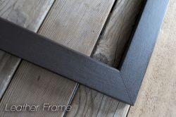 レザー貼りの額縁ミラー(鏡)です。おしゃれでシンプルなデザインで、クオリティが高いインテリア家具ブランドとして有名です。