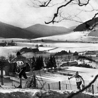 Le Canadien Rolf Pettersen (dossard 27) à la poursuite du Norvégien Gjermund Eggen dans l'épreuve du 30 km -  Ski de fond hommes - Jeux olympiques de Grenoble 1968 - Exploraré