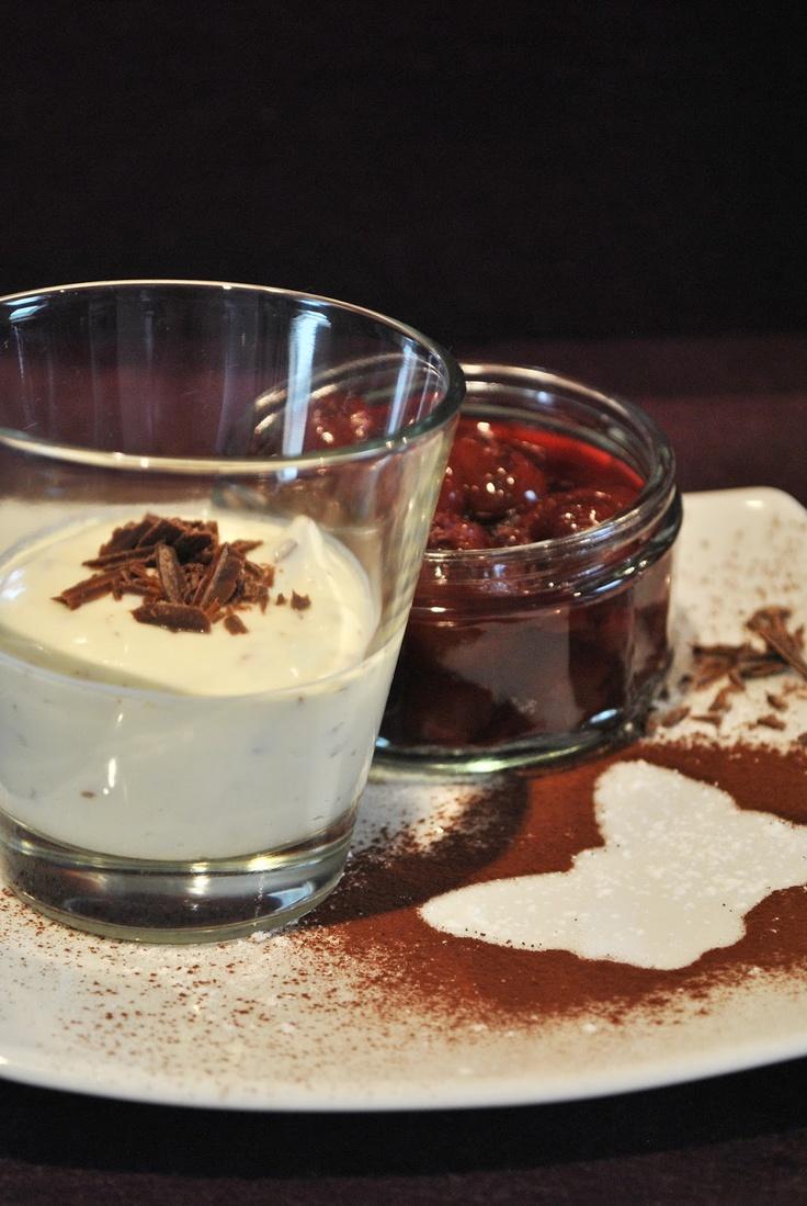 Küchenzaubereien: Eierlikör-Creme mit Zartbitterschokolade & heißen Kirschen