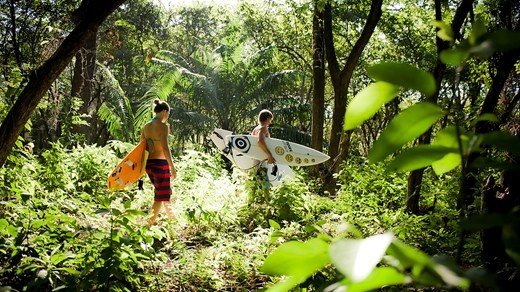 Surfers walking through the jungle - Surfcamp in Costa Rica - KILROY #surfing #surfers #lifestyle #travel #backpacking #surf #kilroy