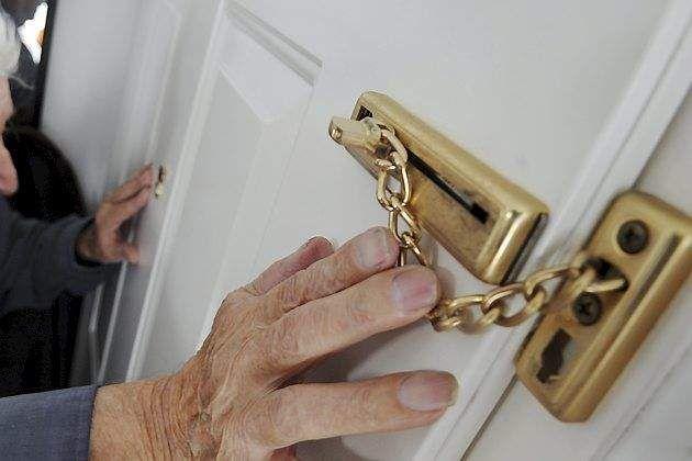 Mænd stod pludselig i soveværelset: 80-årig kvinde trukket rundt i huset af hjemmerøvere
