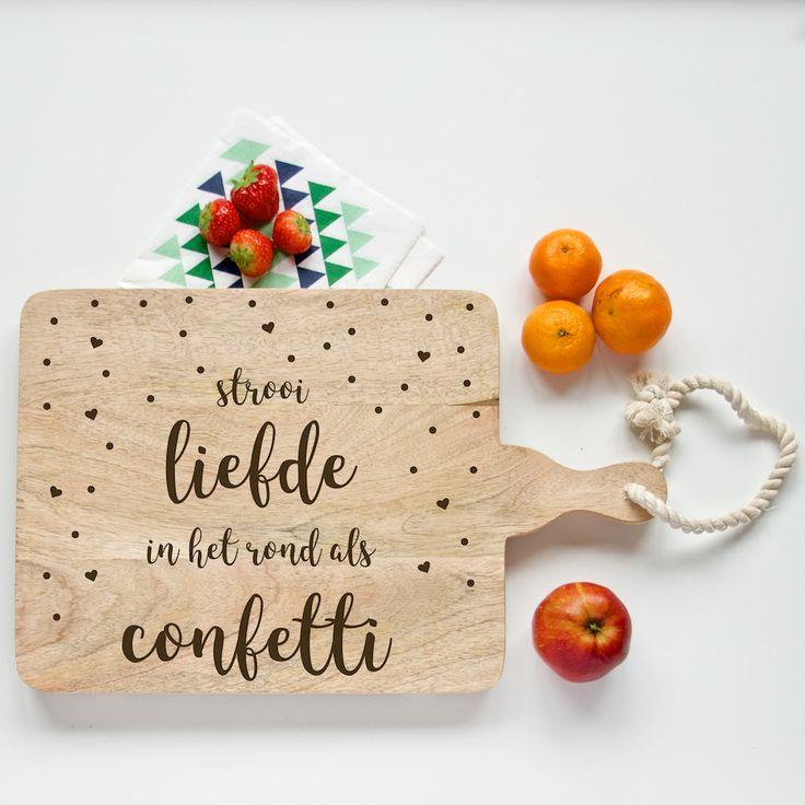 Broodplank Strooi liefde Confetti. Een houten broodplank die speciaal voor jou met liefde wordt gegraveerd. 'Strooi liefde in het rond als confetti'. Feest!