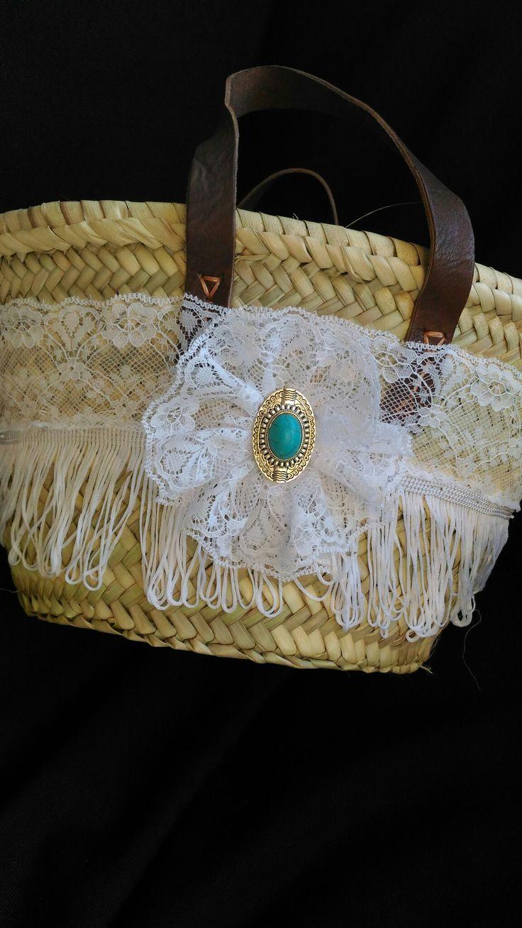 Kleine rieten handtas met kant en turquoise applicatie