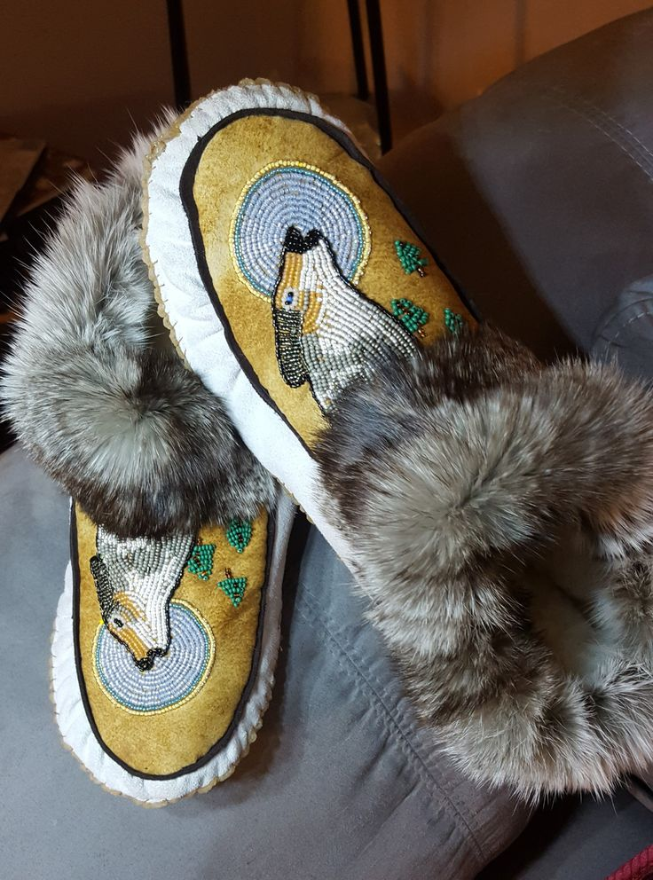 Gorgeous men's moccs with #wolves howling.leather and rabbit.