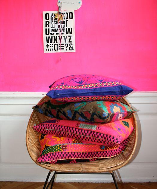 Hot pink wall + cushions!