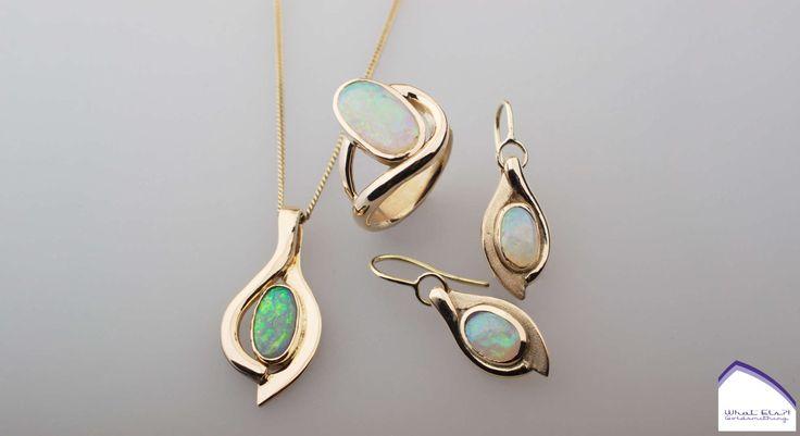 Gouden set van oorbellen en een ring met opaal, bijpassend bij haar al bestaande ketting.