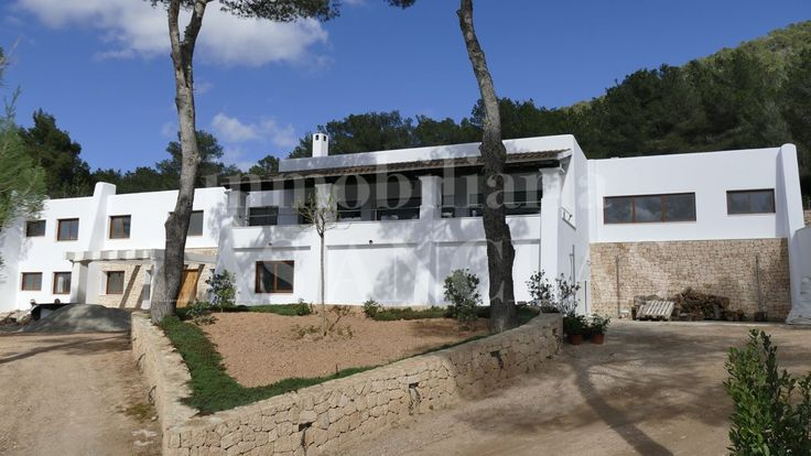 Santa Eulalia: Ref. 944 Exclusive upscale villa, which has in 2017 been renovated in a mix of modern and rustic style.