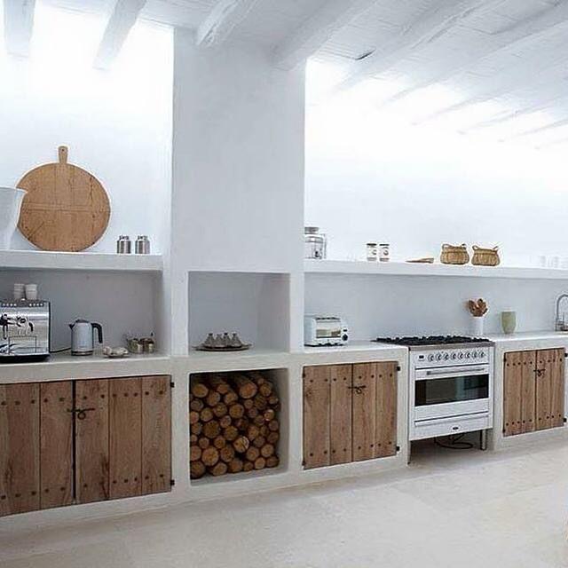 Moderne rustikale weiße konkrete Küche + Holztüren   – ninaonecstasy