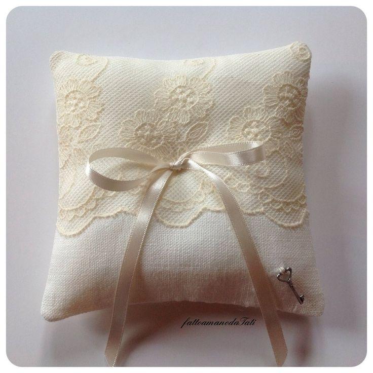 Cuscino porta fedi in lino bianco con pizzo , by fattoamanodaTati, 20,00 € su misshobby.com