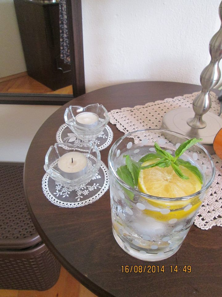 Biliyorsunuz mutlaka ama bir hatırlatma yapmak isterim. Harika bir serinletici; Limonları iyice suda bekletip yıkadıktan sonra arzuya göre dilimleyerek derin dondurucuda saklıyorum servis sırasında kocaman bir bardak içerisine bir dilim limon ve bir kaç buz parçası, nane ve su ilavesi ile muhteşem... Bazende limon ve portakal suyunu buz kaplarında dondurup suyuma ilâve ediyorum ve su içmek çok keyifli bir hâle geliyor...