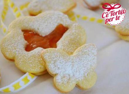 In cerca di un #biscotto primaverile? Ecco il frollino perfetto per grandi e piccini.  Clicca e scopri la #ricetta...