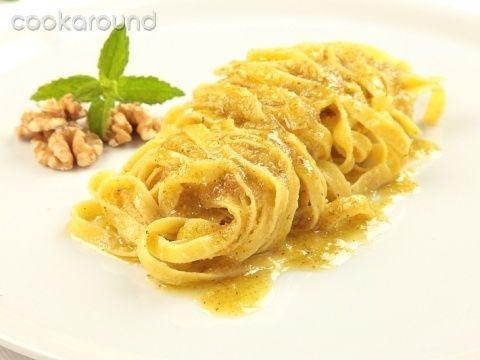 Tagliatelle al pesto di noci  Un primo piatto semplice e saporito da preparare, il pesto di noci profumato con la menta è un ottimo condimento per le tagliatelle fresche.