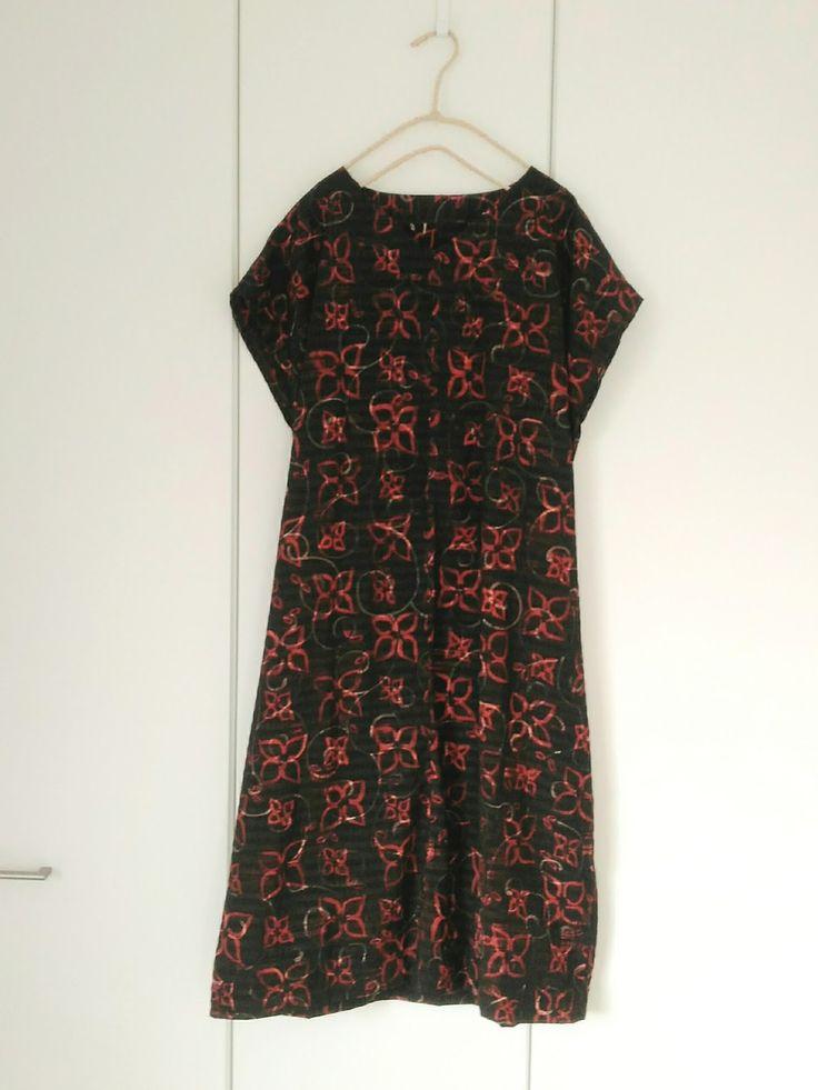 わたしの祖母直伝、着物を使ったワンピースの作り方です。 着物の生地幅をそのまま使います。 あきなし、袖付けなし、ほとんど直線なので簡単です。 もちろん、着物ではなく洋裁用の生地でも作ることができます。 ほかにも着用画像あります→ こちら 材料 ・...