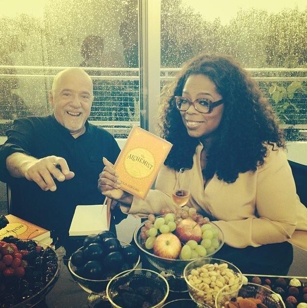Mundo da Leitura e do entretenimento faz com que possamos crescer intelectual!!!: Oprah Winfrey publica foto com Paulo Coelho no Fac...