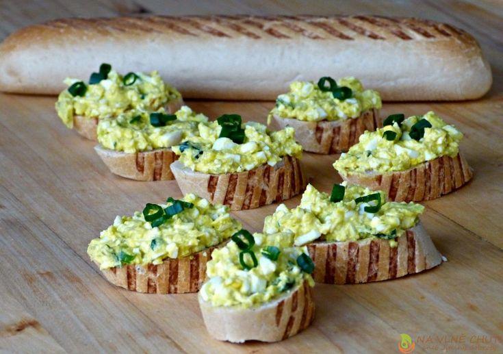 Vajíčková pomazánka s hraška máslem, jarní cibulkou, nakládanými okurkami a hořčicí – Na vlně chuti – Jitčiny Dobroty