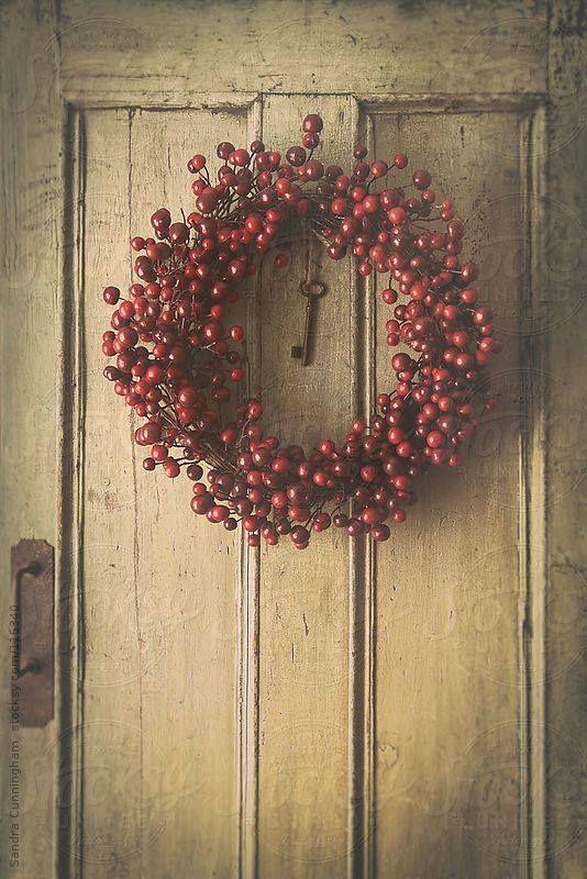 Corona de fruto rojos en la Puerta
