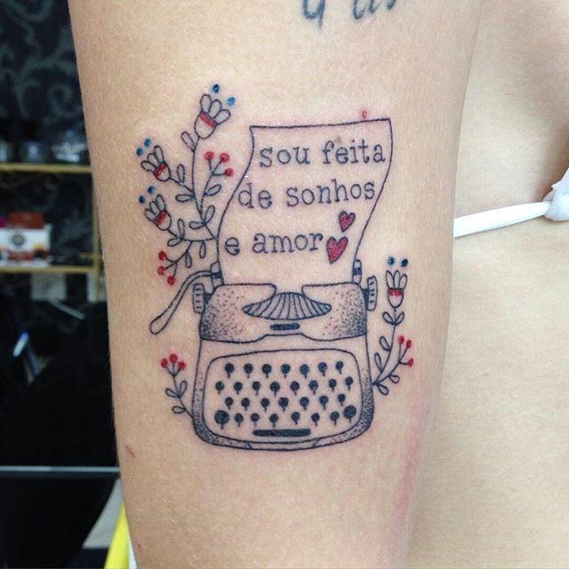 """Tatuagem fofa da <a href=""""http://instagram.com/dani.bianco_tattoo"""">@dani.bianco_tattoo</a>❤️ Quem é feito de sonhos e amor? Nós somos hihihi"""