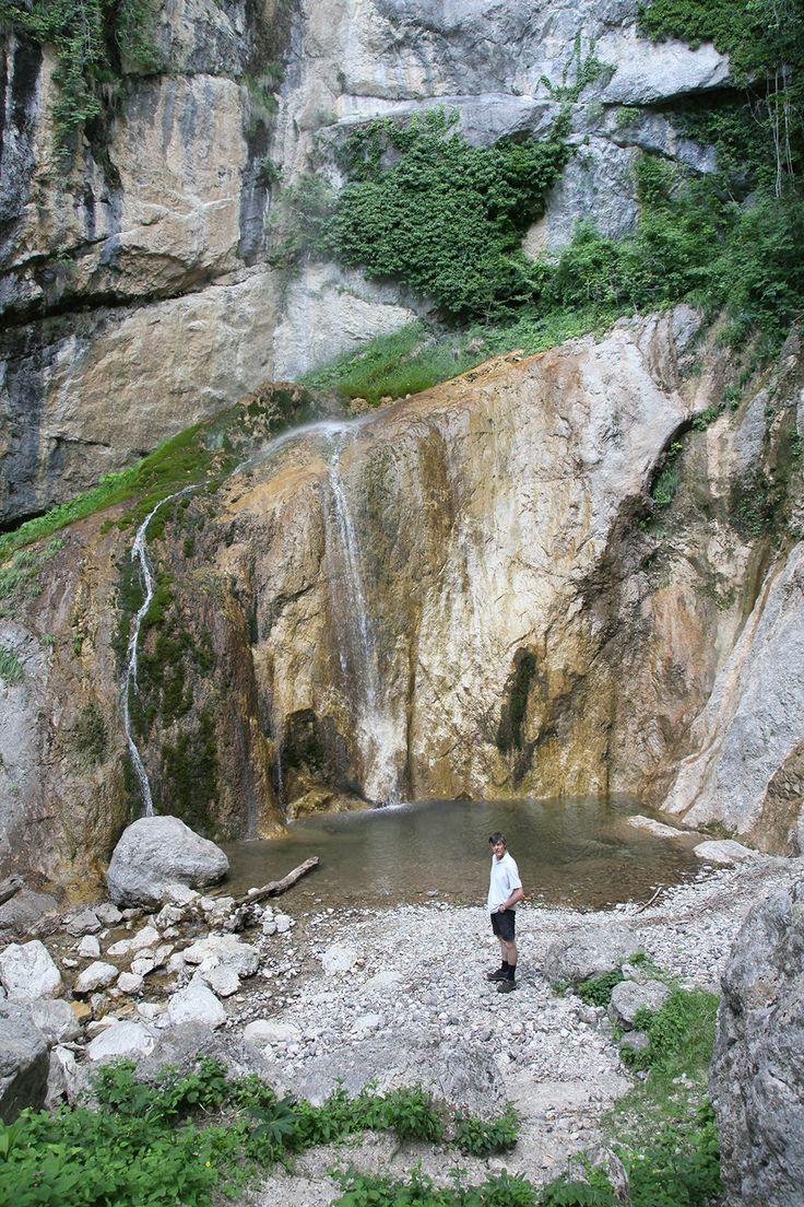 Vaak liggen watervallen in een rotsige kom met weinig vegetatie. In dit geval zijn beide eindbestemmingen volledig aangekleed met groene rotswanden begroeid met boompjes en struiken. #SloveenseVerhalen