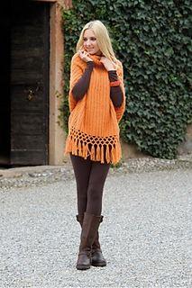Linea geometrica per l'avvolgente e morbidissimo poncho realizzato in una tonalità di arancione e rifinito da lunghe frange.