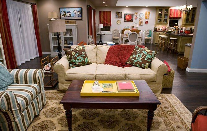 Modern Family Claire And Phil Dunphy S Living Room From Architectural Digest Modernhomedecorlivingroom