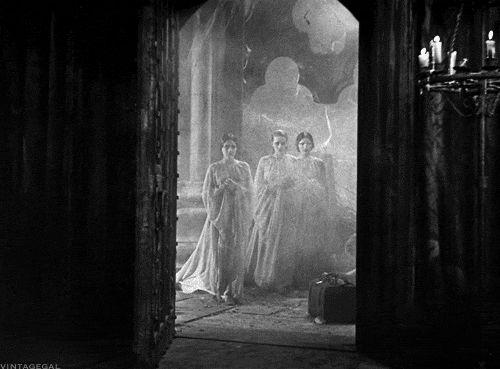 Va de cuento. Aunque hay muchas y muy diversas versiones de Drácula, no todas con este nombre, pocas lograron captar la aplastante y oscura carga de misterio inherente a la inmortal historia.