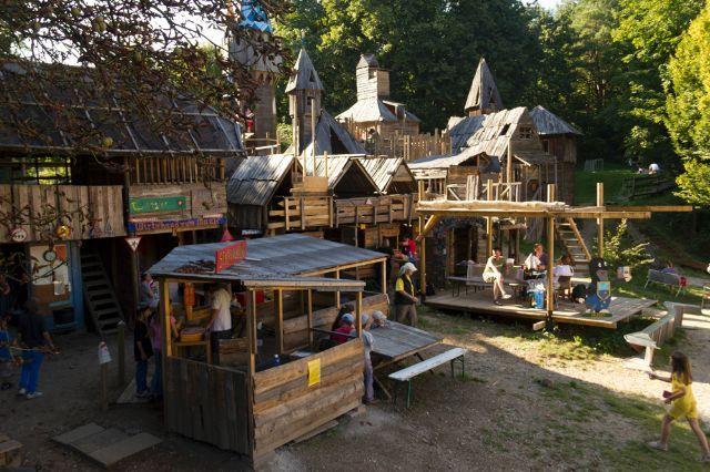 Abenteuerspielplatz Maulwurfhausen Foto Katy Spichal Spielplatz Hutte Mieten Abenteuer