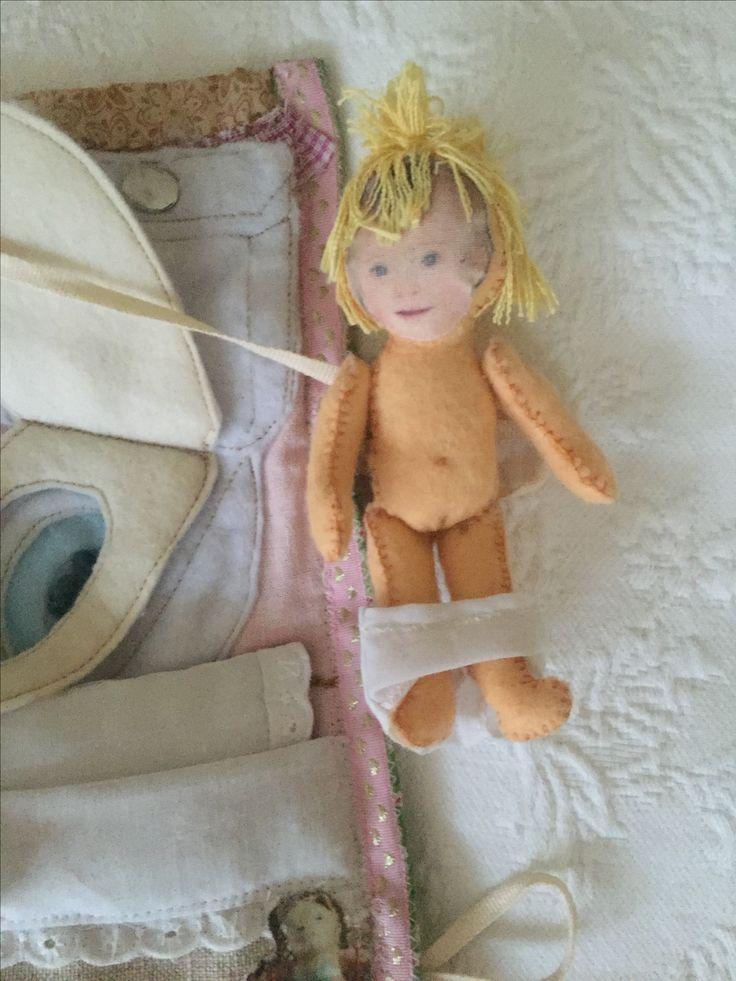 Muñequita articulada hecha en fieltro, cara de foto real de la protagonista impresa en Algodon, pelo de lino