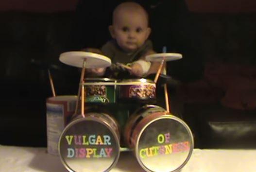 Un pequeño bebé toca la batería de una manera excelente, este vídeo de risa te va a dejar sin palabras.