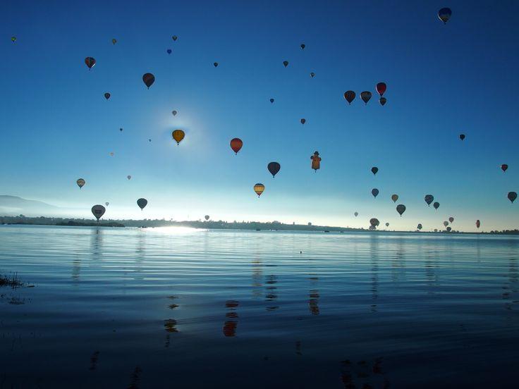 Feria del Globo 2014 - Leon #GloboAerostatico #Lake #sunset #Globe #Ballones #Colors #Life #Earth #Light Blue water lake at México. Beautiful moment pics